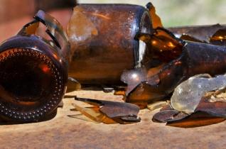 grunge-broken-bottles